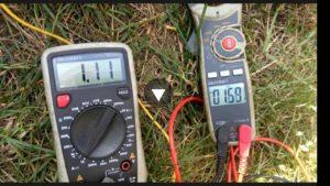Das linke Messgerät zeigt den Eingangsstrom vom Panel, das rechte den Strom, der in die Batterie fließt (1.11 versus 1.59 Ampere)